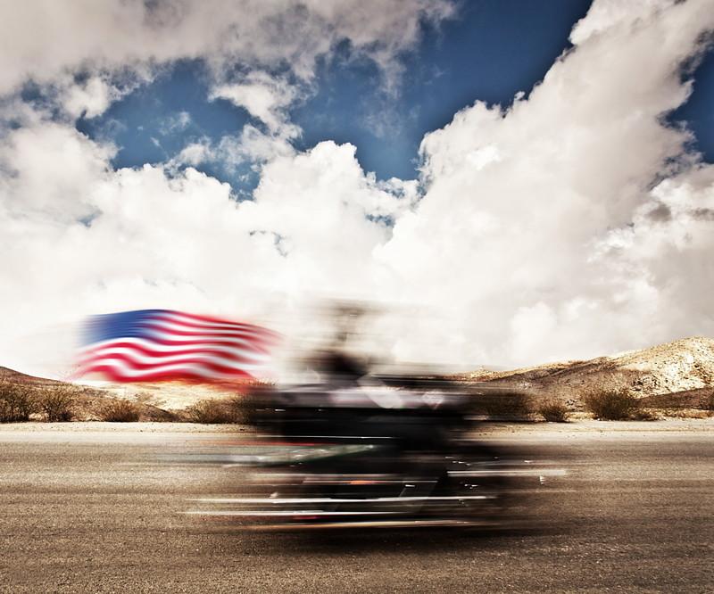 アメリカ国旗と共に疾走するハーレー